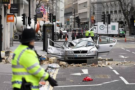 Rakennuksen seinää sortui auton päälle perjantaina lähellä Holbornin metroasemaa Lontoossa. Turmassa kuoli autoa ajanut 49-vuotias nainen.