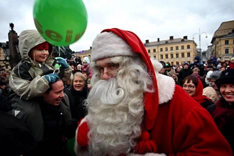 Joulupukki saapuu Senaatintorille.