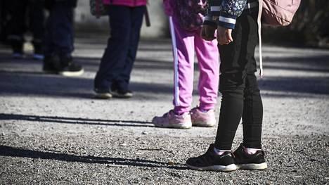 Koronaviruksen leviäminen kouluissa näyttää liittyvät muun muassa luokkakokoihin ja koulubussien käyttöön. Suomessa luokat ovat pieniä ja kouluun tullaan monesti omalla kyydillä. Oppilaat jonottivat turvavälein kouluun Vantaalla Jokiniemessä toukokuussa.