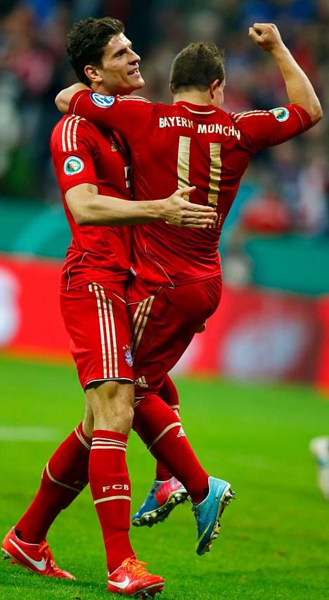 Mario Gomez (vas.) ja Xherdan Shaqiri juhlivat Bayern Münchenin 6–1-voittoa Wolfsburgista viikko sitten.