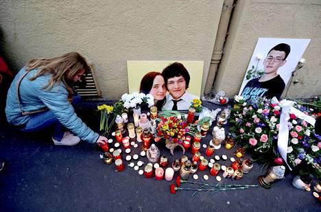 Ihmiset muistivat Ján Kuciakia ja Martina Kušnírováa murhien ensimmäisenä muistopäivänä Bratislavassa vuonna 2019.