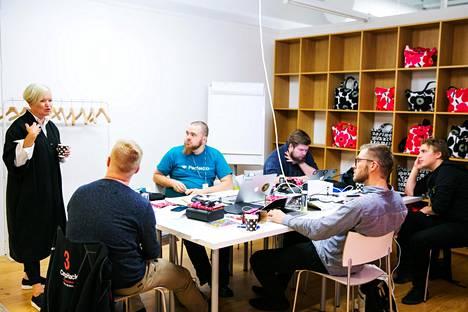 Designathoniin osallistuneet tiimit saivat tukea Marimekon työntekijöiltä ja ulkopuolisilta mentoreilta.