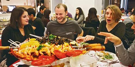 Olivia Bartoli, Manuel Emeriau ja Gabrielle Huvey söivät sunnuntaina portugalilaisessa Pedra Alta -ravintolassa Pariisin 12. kaupunginosassa. Illastajat löysivät toisensa On va sortir -sivuston kautta.