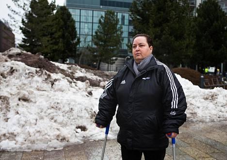 Eläkkeellä oleva Marja-Leena Savolainen säännöstelee lääkkeitään.