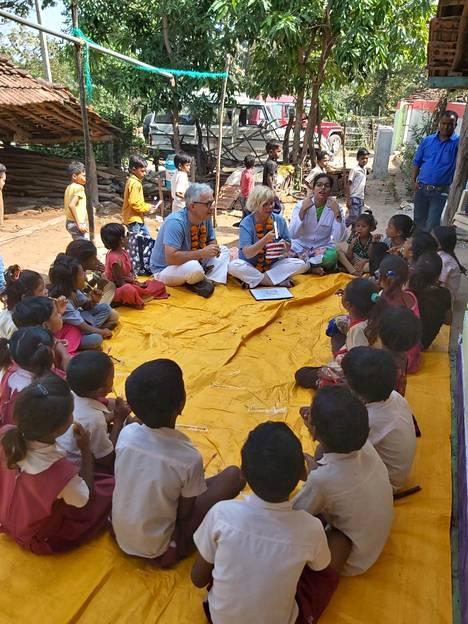 Benjamin ja Helena Bodner pitivät pienessä Hoshangabadin viidakkokylässä hammaspesukoulua pienissä ryhmissä yhteensä noin 120 lapselle.