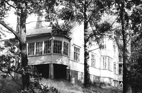 Yrjö ja Margaret Kilpisen valkoinen huvila on rakennettu vuonna 1892. Edesmenneen säveltäjän nimikilpi on yhä pääovella.