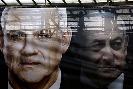 Israelin puolustusministeri Benny Gantzin ja Israelin päämisteri Benjamin Netanyahun kuvat vaalijulisteessa helmikuussa 2020.