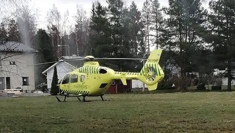 Lääkärihelikopteri lasketui pellolle Järvenpään Peltolassa.
