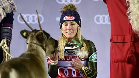 Mikaela Shiffrin sai viime vuoden voitostaan Levillä palkinnoksi poron.