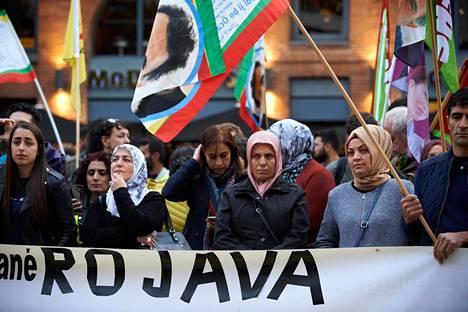 Mielenosoittajat kunnioittivat ensimmäisiä Turkin iskussa menehtyneitä uhreja Toulousessa, Ranskassa keskiviikkona.