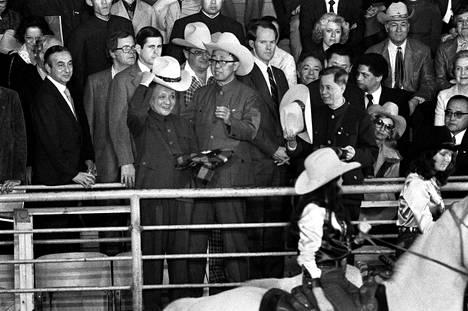 Kiinan vahva mies Deng Xiaoping (keskellä vas.) sai karjapaimenen lierihatun Simontonissa Texasissa helmikuussa 1979.
