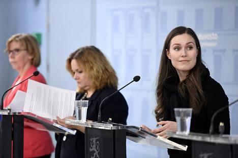Oikeusministeri Anna-Maja Henriksson (r), perhe- ja peruspalveluministeri Krista Kiuru (sd) ja pääministeri Sanna Marin (sd) tiedotustilaisuudessa 25. maaliskuuta.