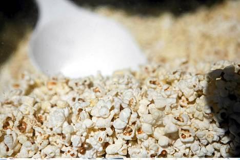 Ilman rasvaa kypsennetty popcorn eli paukkumaissi on terveellinen välipala.