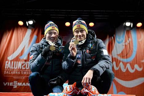 Finn Haagen Krogh ja Petter Northug juhlivat sprinttiviestin MM-kultaa sunnuntaina.