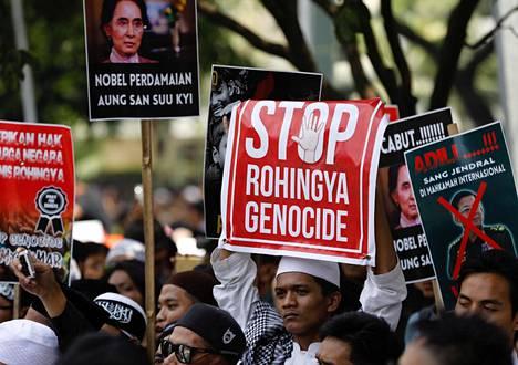 Indonesiassa on järjestetty jo useina päivinä rohingya-väestöä tukevia ja Myanmaria kansanmurhasta syyttäviä mielenosoituksia.