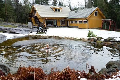 Laura Salminen ottaa takapihalle tehdyssä lammessa palautumista edistäviä kylmiä kylpyjä.