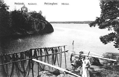 Villa Kissingen huvimaja kallion päällä. Kesäisin rannoilla kuivateltiin kalaverkkoja. Kuva 1900-luvun alusta.
