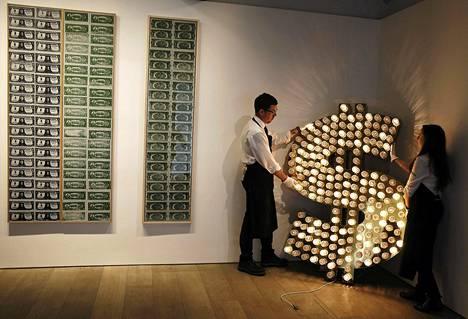 Sothebys-huutokauppakamari kauppaa Lontoossa Tim Noblen ja Sue Websterin tekemää Yhdysvaltain dollaria mukailevaa taideteosta 137 000-205 000 eurolla.