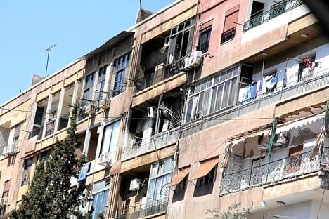 Kapinallisten ja hallituksen joukkojen tulitaistelussa tuhoutui asuntoja al-Mezzen lähiössä Damaskoksessa maanantaina.