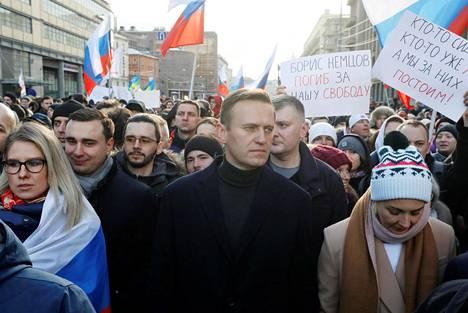 Aleksei Navalnyi osallistui viime vuoden helmikuussa Moskovassa mielenosoitukseen, jossa muisteltiin viisi vuotta aiemmin murhattua oppositiojohtaja Boris Nemtsovia ja vastustettiin perustuslakiin suunniteltuja muutoksia. Nyt Venäjän vallanpitäjät eivät vaikuta toivovan Navalnyin paluuta.
