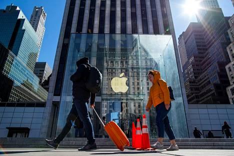 Kävelijät ohittivat Applen myymälän 5. avenuella New Yorkissa 14. maaliskuuta.