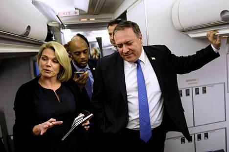 Yhdysvaltojen ulkoministeriön tiedottaja Heather Nauert ulkoministeri Mike Pompeon kanssa lennolla Panamasta Meksikoon 18. lokakuuta 2018.