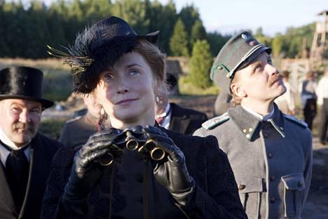 Tositapahtumiin perustuvassa elokuvassa Suomen hauskin mies (2018) Leena Pöysti näytteli muun muassa Jani Volasen (kuvassa) ja Martti Suosalon kanssa.