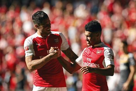Arsenalin Olivier Giroud ja Alex Oxlade Chamberlain juhlivat voittoa ottelun päätteeksi.