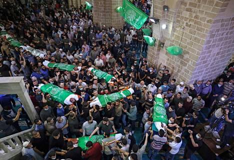Palestiinalaiset hautasivat islamistijärjestö Hamasin asemiehiä Gazassa torstaina.