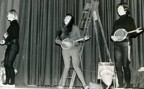 Ilmakitarabändi Los Heartkillers keikalla Tyttönorssin ja Ressun yhteisissä bileissä vuonna 1964. Biisinä soi Teddy & The Tigersin Number One. Bändissä vasemmalta Mervi Manninen (os. Liinpää), Päikki Priha (os. Palosuo) ja Sirkka Vuorio.