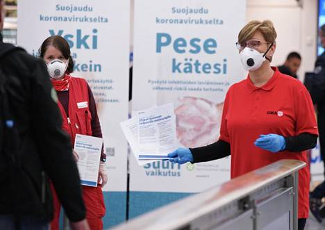 SPR:n Silja Hormia (vas.) ja THL:n Tuulikki Seppälä jakoivat ohjeita Thaimaasta saapuville matkustajille Helsinki-Vantaan lentoasemalla keskiviikkoiltana.
