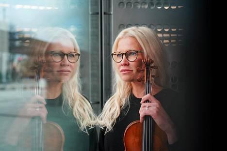 Harvoin pääsen musiikista mediassa edelleenkään puhumaan, Linda Lampenius sanoo. Hän nousi tällä viikolla otsikoihin, kun hän kertoi oikeustaistelustaan raiskauksista syytetyn monimiljönäärin Peter Nygårdin kanssa. Lampenius kuvattiin Musiikkitalon aulassa.