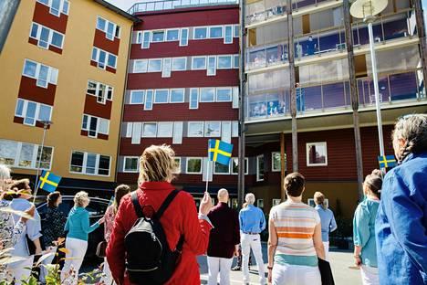 Villa Tollaren asukkaille järjestetään ohjelmaa myös korona-aikana. Örjanskören-kuoro lauloi Ruotsin kansallislaulun parkkipaikalta asukkaiden katsellessa parvekkeilta. Päivä oli 7. kesäkuuta eli päivä Ruotsin kansallispäivän jälkeen.