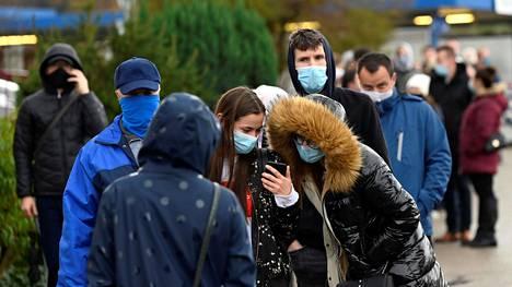 Ihmiset odottivat koronatestin tuloksia Trencinissä Slovakiassa lauantaina.