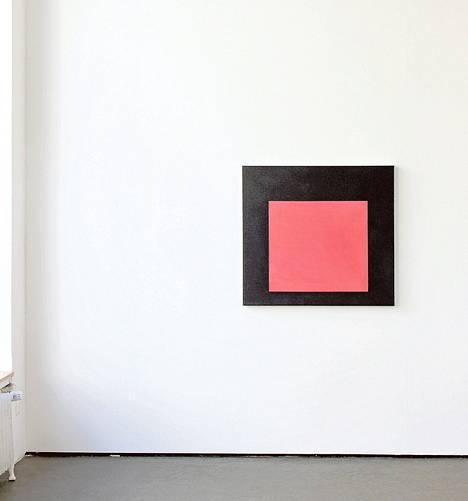 Yksityiskohta Päivikki Alaräihän näyttelystä, kuvassa akryylimaalaus Sisällä (2015).