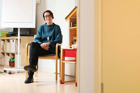 Helsingin perheoikeudellisten palveluiden päällikkö Katja Niemelä Helsingin perheoikeudellisten asioiden perhehuoneessa Kruununhaassa.