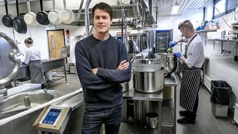 Martti Paatela on suunnitellut ruokalistaa yhdessä kasvisruokaa ja ranskalaista keittiötä tuntevien kokkien kanssa. Taustalla oikealla ruokaa valmistaa Petja Herranen.