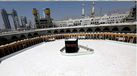 Ylläolevassa kuvassa rukoilijoita Mekan Suurella moskeijalla maaliskuun 3. päivänä. Alla olevassa kuvassa sama paikka maaliskuun 6. päivänä.