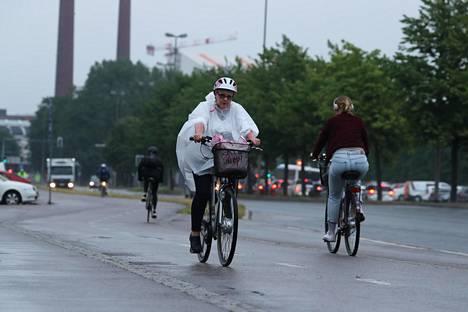 Pyöräilijöitä Sörnäisten rantatiellä noin kello 7 tiistaina.