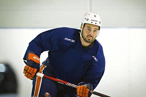 Edmonton Oilersin Jesse Joensuu koki kovia NHL-pelissä Los Angeles Kingsiä vastaan. Kuva on viime vuodelta.