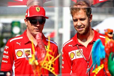 Kimi Räikkönen jutteli tallikaverinsa Sebastian Vettelin kanssa Mexico Cityn kilparadalla, kun formulasirkus siirtyi Meksikon pääkaupunkiin.