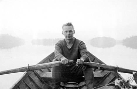 Elina Sanan isä Jyrki Kolkkala soutelemassa Kollaan lähistöllä päivä ennen hyökkäystä 23.7. 1941.
