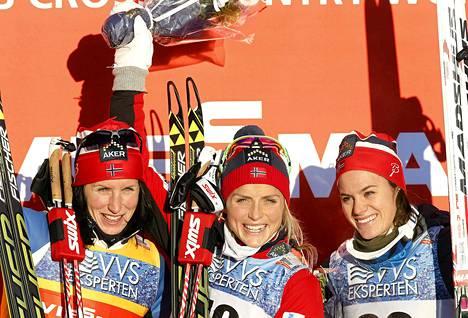 Therese Johaug (kesk), Marit Björgen (vas) ja Heidi Weng ovat suosikkeja myös Tour de Skillä.