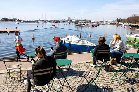 Kesäinen lämpö helli lenkkeilijöitä ja auringosta nautiskelijoita tiistaina Helsingin Merisatamassa.