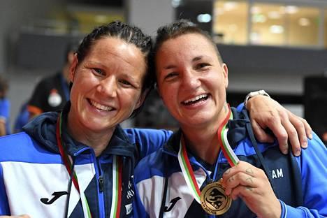 Mira Potkonen ja Elina Gustafsson juhlivat yhdessä Euroopan mestaruuksiaan nyrkkeilyn Euroopan mestaruuskisoissa Sofiassa.