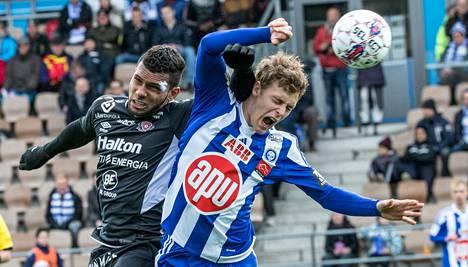 FC Lahden Matheus Alves (vas.) jyräsi HJK:n vasemman pakin Alex Lehtisen.