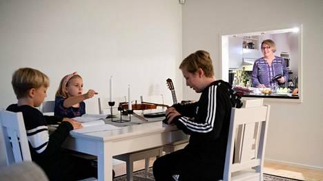 Pia Rieppo ja hänen lapsensa Noah, Ossi ja Mira viihtyvät kotonaan Espoossa.