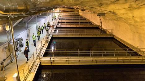 Koronaviruksen jätevesiseuranta täydentää väestötasolla kuvaa, joka saadaan potilaita testaamalla. Kuvassa yleiskuvaa Viikin jätevesipuhdistamolta Helsingissä.