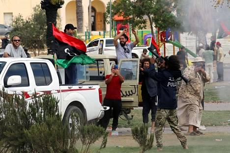 Libyan hallitukselle uskolliset joukot juhlivat perjantaina, kun pääkaupunki Tripolia lähellä oleva Tarhunan kaupunki oli vallattu takaisin sotamarsalkka Khalifa Haftarin joukoilta.
