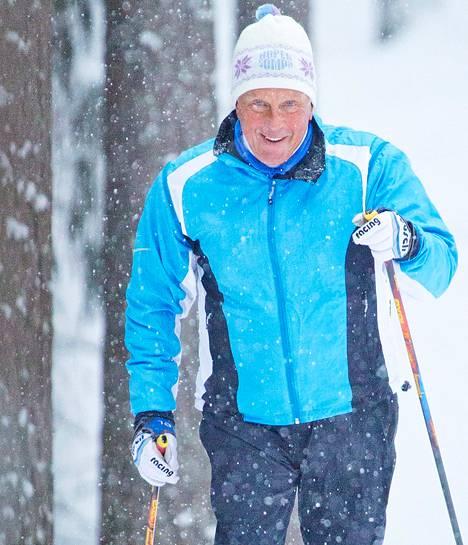 Matti Leikoski pitää kuntoaan yllä hiihtämällä Tapanilan hiihtomajan maastoissa Lahdessa.
